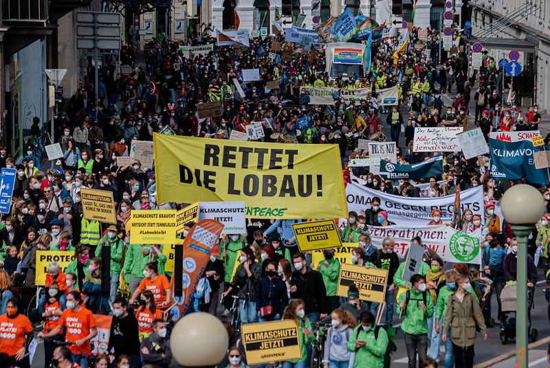 Eine riesige Menschenmasse, die Schilder und Banner hochhält