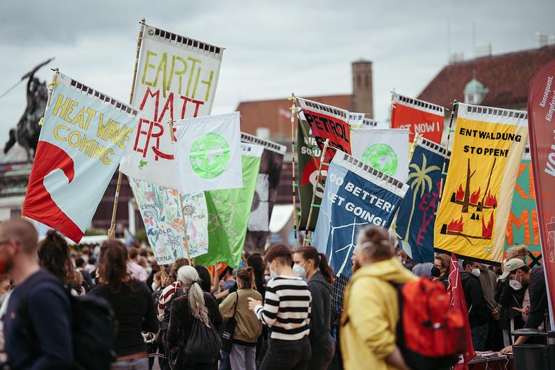 Mehrere Menschen halten Schilder hoch mit Sprüchen wie zum Beispiel
